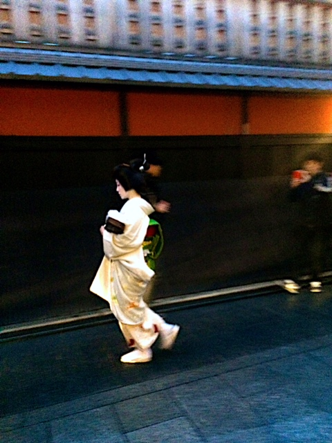 Another Geiko hurrying to a teat house.